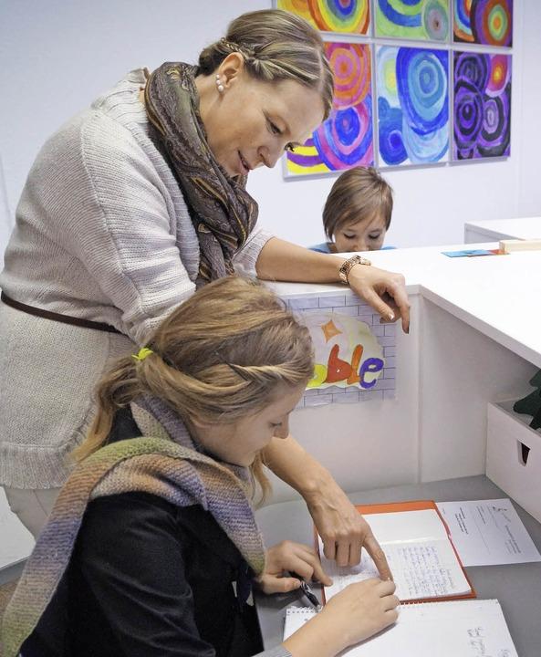 Stefanie Hautkappe erklärt Claudia eng...jedes Kind einen eigenen Arbeitsplatz.    Foto: Christine Storck-Haupt