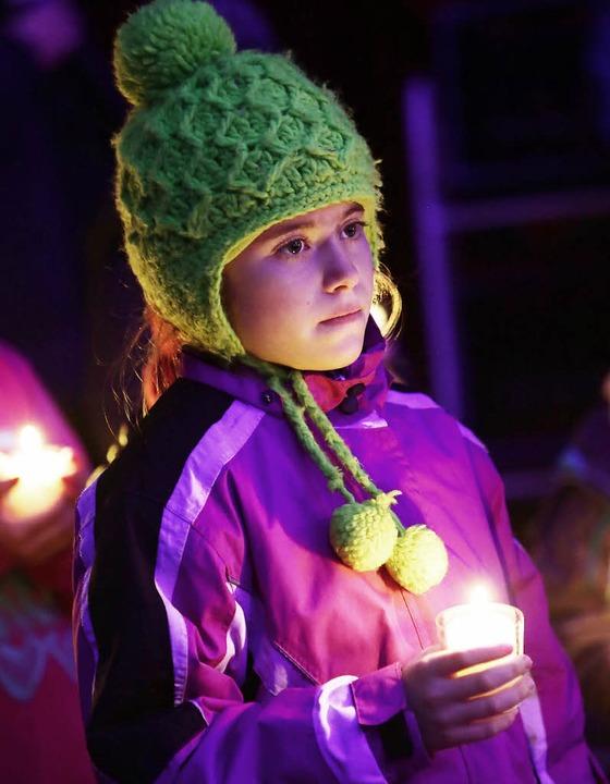 Kinder trugen das Licht von Bethlehem in die Manege.  | Foto: Christoph Breithaupt, Christoph Breithaupt