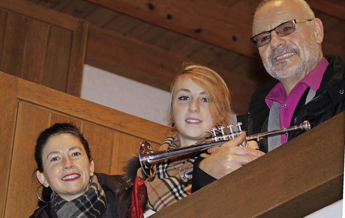 Franziska Rogg (Orgel), Sophia Liebwei...gestalten das Jahresabschlusskonzert.   | Foto: Cornelia Liebwein