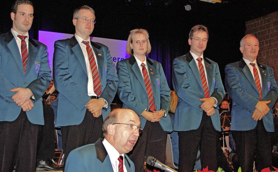 Geehrt: Bernd Birlin (von links), Fran... und Thomas Birlin hinter Peter Häßler    Foto: Rolf Reißmann