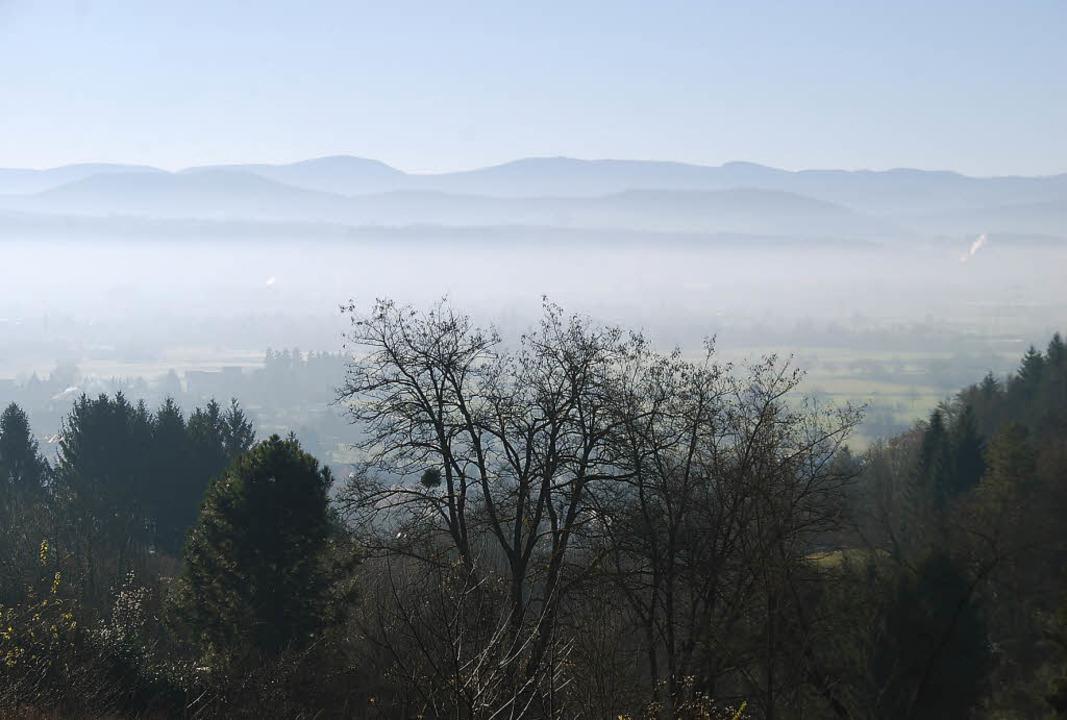 Unten Nebel, oben Sonnenschein: Das sieht man im Herbst oft im Rheintal.   | Foto: Ralf Staub