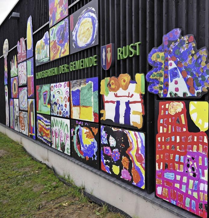 Hundertwasser stand Pate: Die neue Außenfassade des Kindergartens.  | Foto: Bernhard Rein, Bernhard Rein
