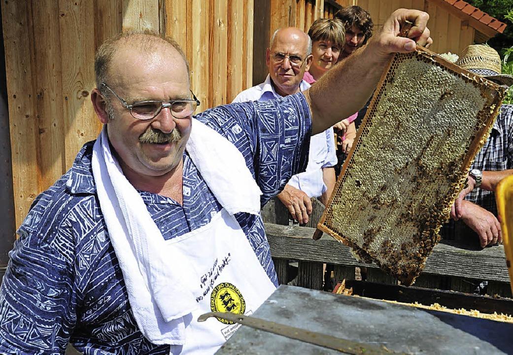 Josef Hug,  ein Imker mit Leib und See...alten Imkervereins Simonswald Gutach.   | Foto: Archivfoto: Horst Dauenhauer