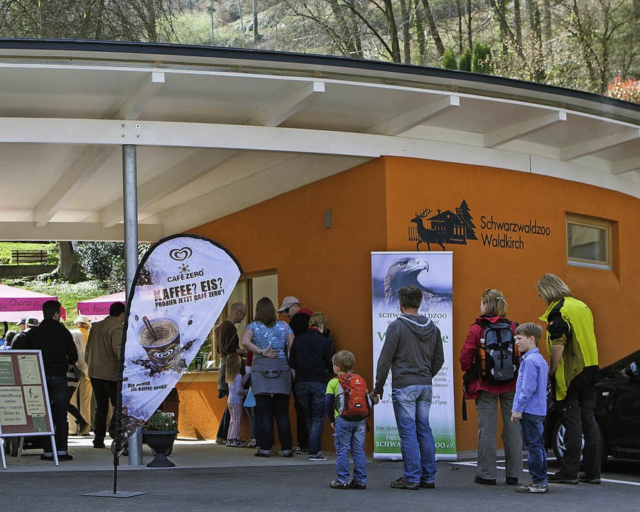 Am Schwarzwaldzoo wird das neue Eingan...in riesiges Logistikzentrum zu bauen.   | Foto: Archivfotos: Gabriele Zahn, Sylvia Timm, Bernd Fackler