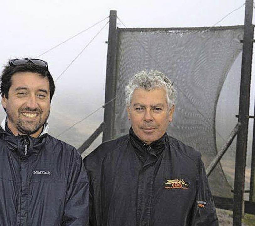 Nicolas Schneider (links) und Bürgermeister Daniel Rojas vor dem Nebelfänger    Foto: Sandra Weiss