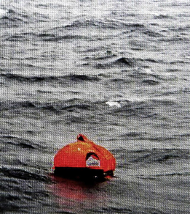 Eine Rettungsinsel treibt im Mittelmeer unweit der Fähre.  | Foto: afp
