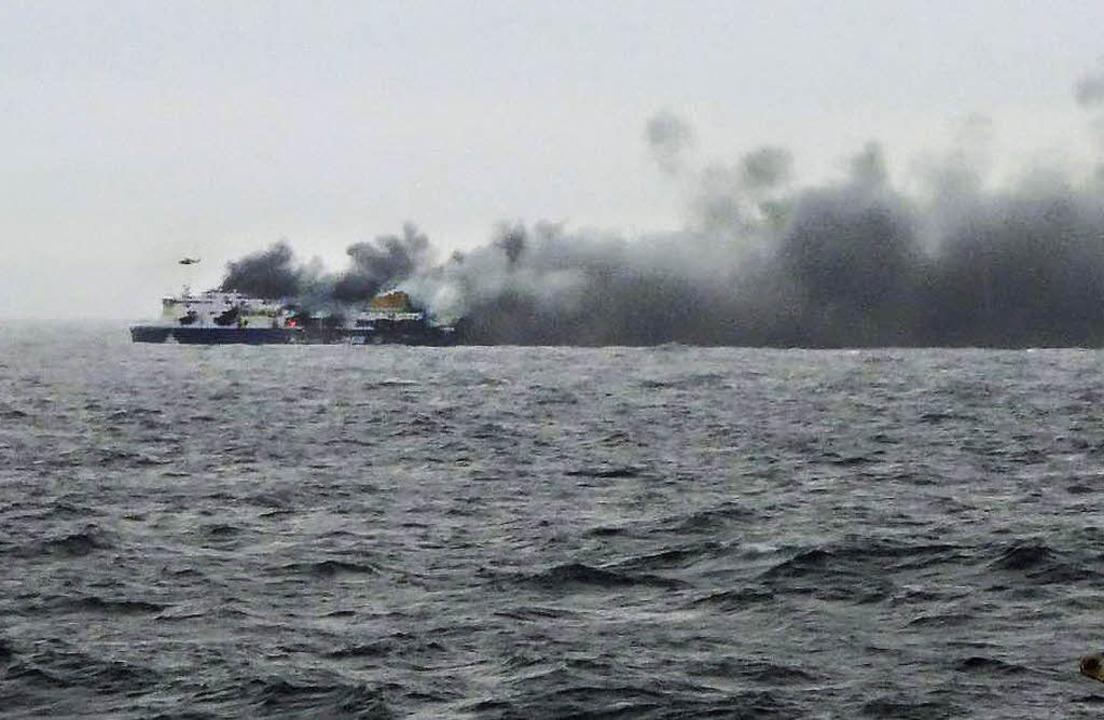 Dichte Rauchwolken steigen am Sonntag über der brennenden Norman Atlantic auf.    Foto: dpa