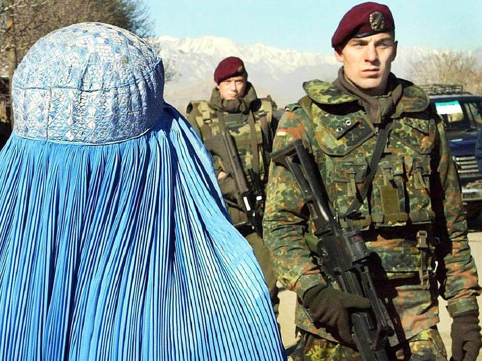 Afghanin mit Burka, deutscher Isaf-Soldat in Kabul     Foto: dpa