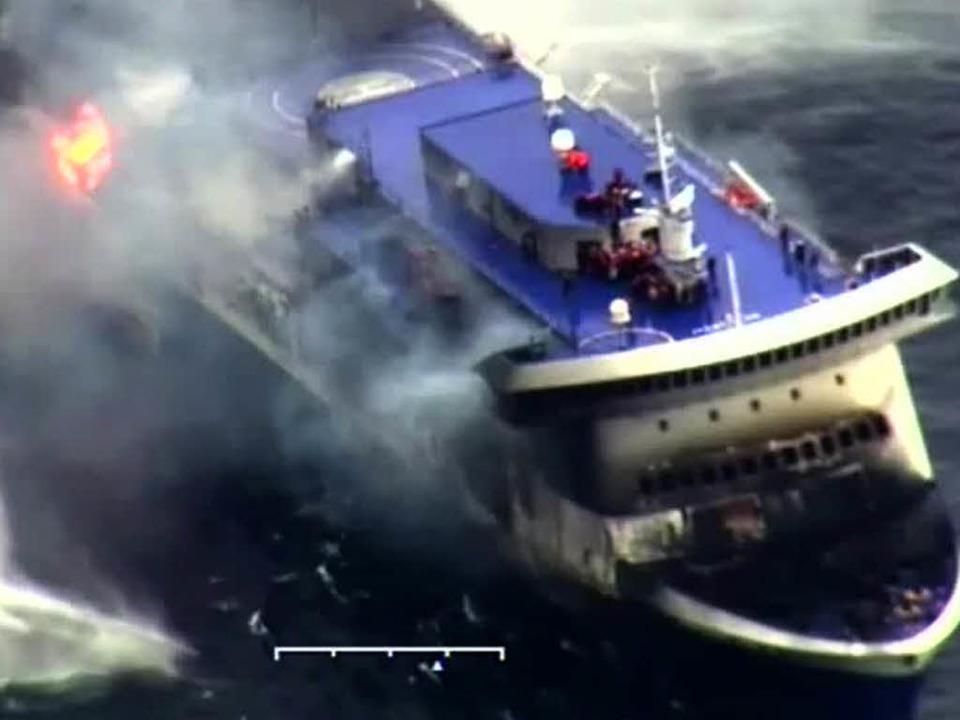Fährenbrand und Rettungsaktion in der Adria.    Foto: AFP