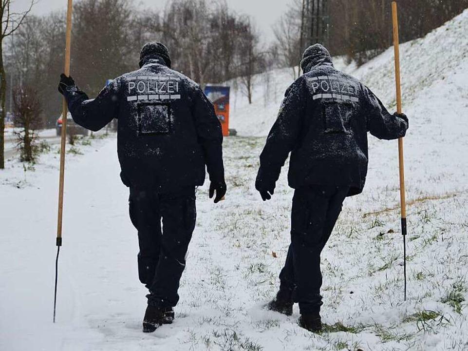 Polizeibeamte suchen in Neuenburg nach Spuren.  | Foto: Julia Jacob