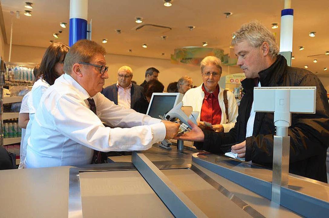 Bürgermeister Artur Bugger kassierte b...m so für die Gemeinde eine Spende ein.  | Foto: Peter Gerigk