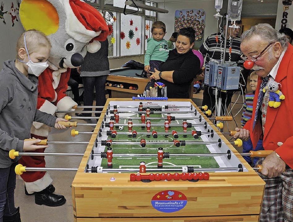 Euromaus und Clown Peppino beim Tischfußball mit an Krebs erkrankten Kindern.  | Foto: Europa-Park