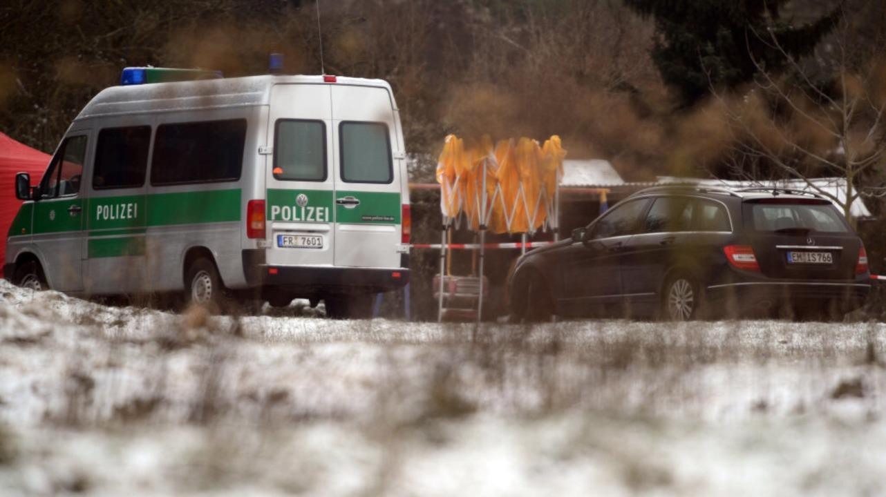 Ein Polizeiauto am Fundort der Leiche  | Foto: dpa