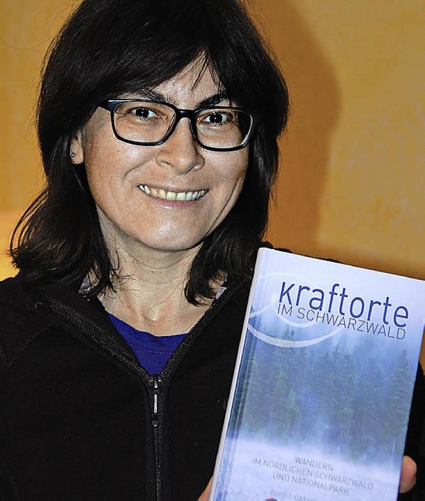 Birgit-Cathrin Duval   mit ihrem  neuen Buch   | Foto: Frey