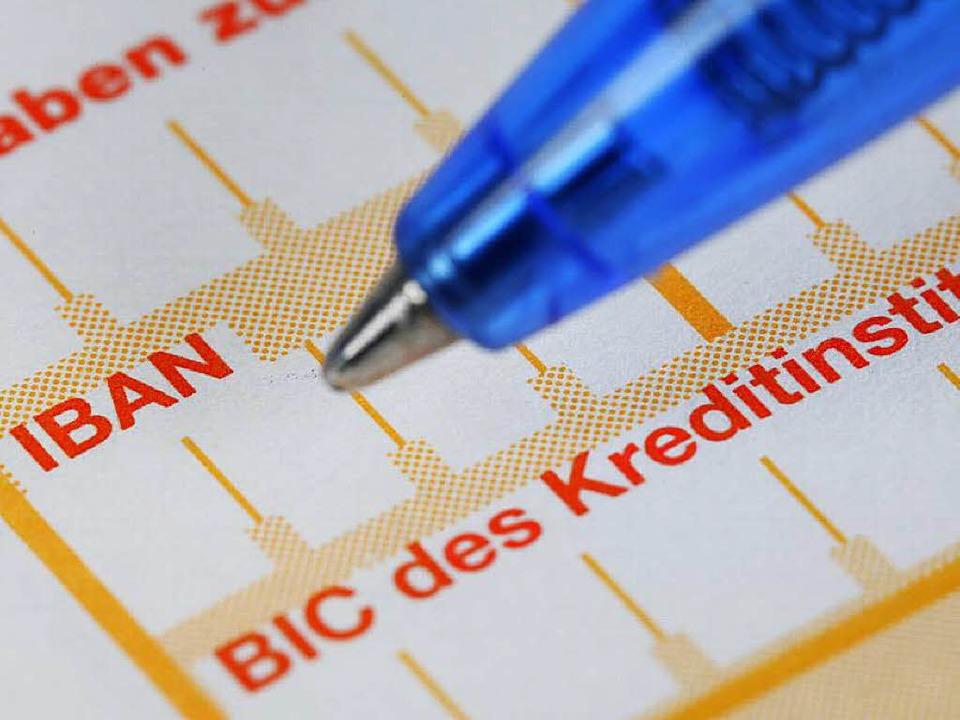 Wer über stimmige Kontodaten verfügt, ...ativ leicht per Überweisung betrügen.     Foto: Anspach (dpa)