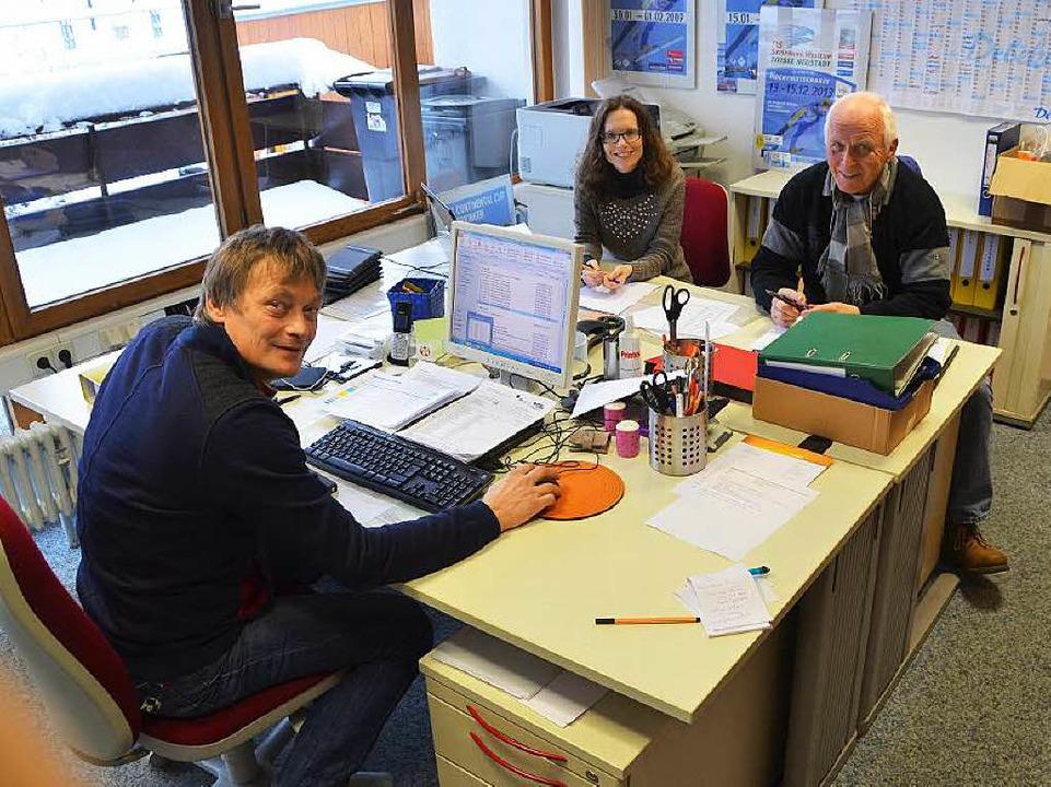 Joachim Häfker, Diana Waldvogel und Fi...en im Titisee-Neustädter Weltcup-Büro.  | Foto: Johannes Bachmann/Sebastian Wolfrum