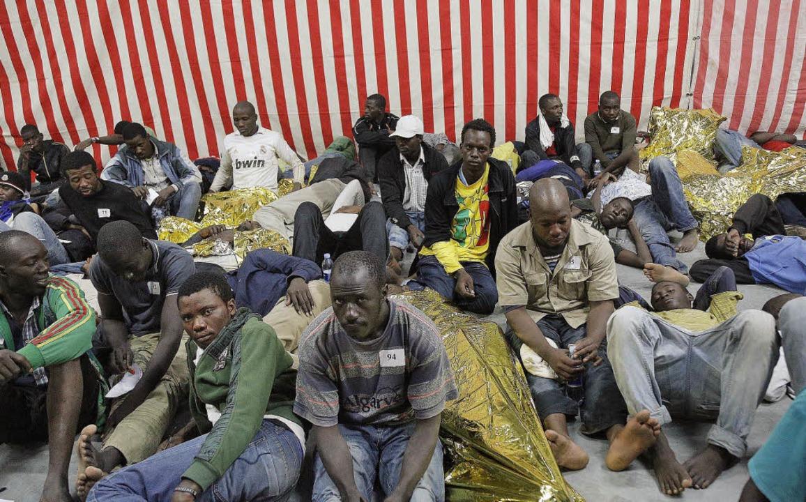 Viele Afrikaner stranden auf der itali...e hingegen überleben die Reise nicht.   | Foto: dpa/Frenzel