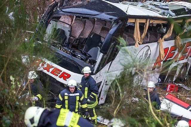 Busunfall: Erste Opfer wieder daheim – Debatte um Leitplanken