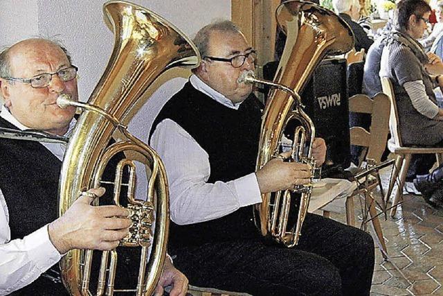 Mit Horn und Harmonika