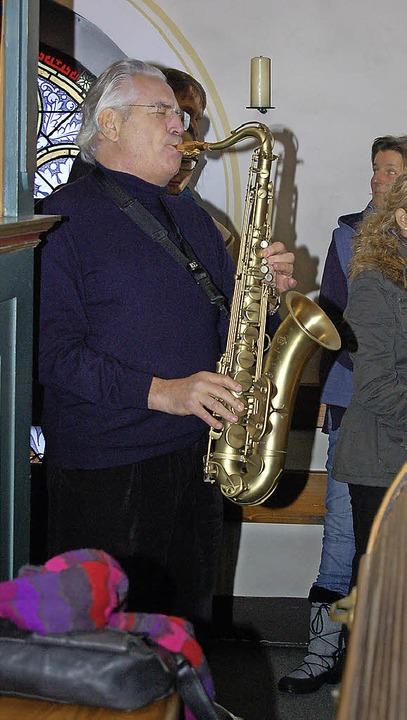 Horst Zahner spielt das Ave Maria . Re...rion Singers bei der Friedensandacht.   | Foto: Christian Ringwald