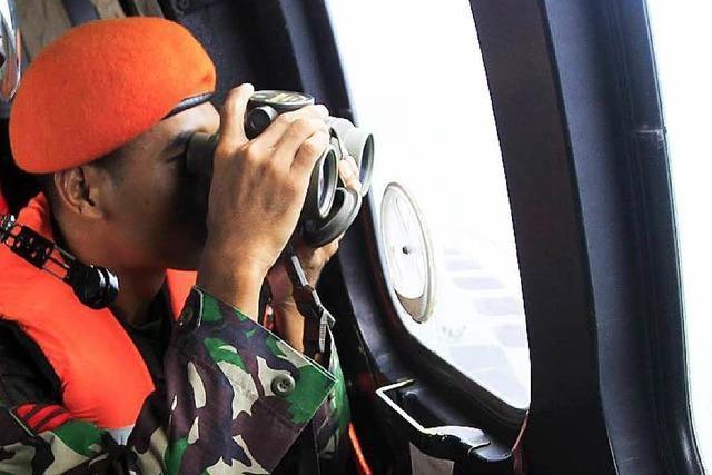 Suchteams entdecken Wrackteile des AirAsia-Jets