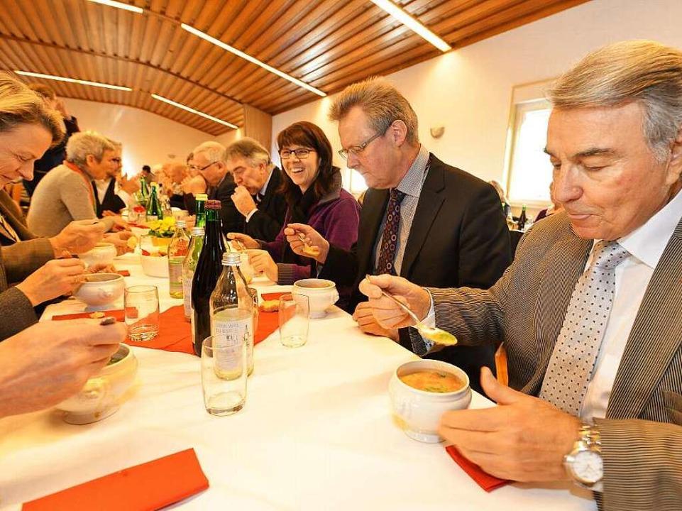 Dicke Brocken gab's in Mooswald ... Frau Cristina Gangotena (von rechts).  | Foto: Rita Eggstein