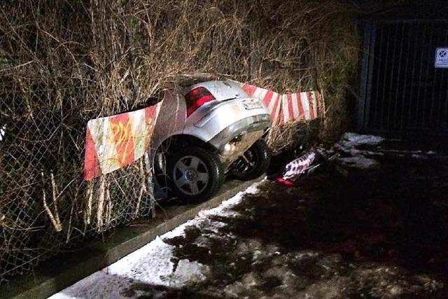 Auto durchbricht einen Zaun und touchiert die Wodan-Halle