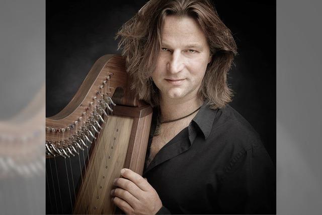 Andy Lang spielt in Mundingen auf der keltischen Harfe