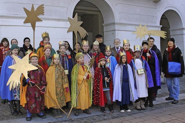 Sternsinger segnen das Schopfheimer Rathaus