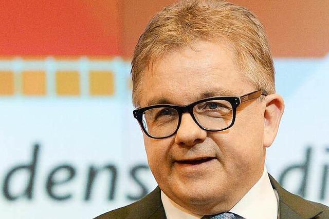 Guido Wolf erhält die Ehrenmütze der Freiburger Fasnetrufer