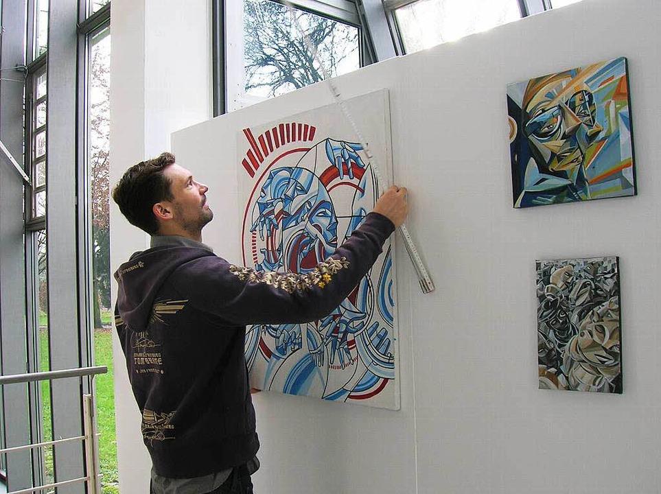 Abstände und Winkel müssen stimmen: To...im Aufhängen seiner Bilder im Rathaus.  | Foto: Sylvia-Karina  Jahn