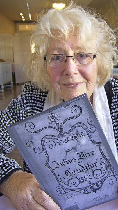 Helga Eberle mit dem Receptierbuch von Julius Dirr  | Foto: Susanne Müller