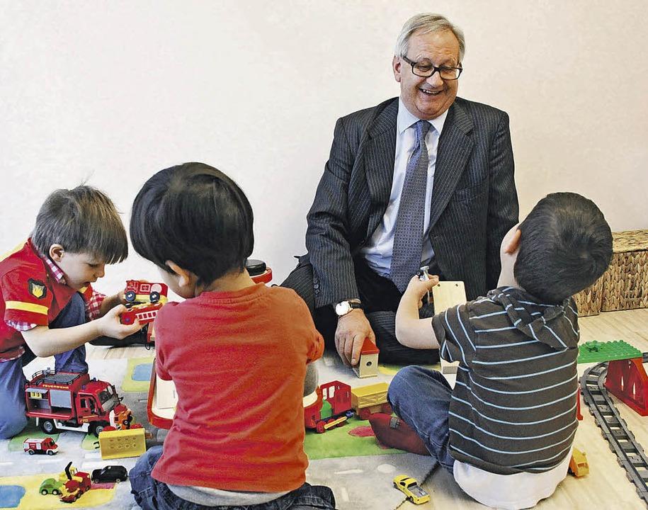 Rund 40 Kinder besuchen heute den firm...sich auch Firmenchef Gerhard Waldmann.    Foto: PR