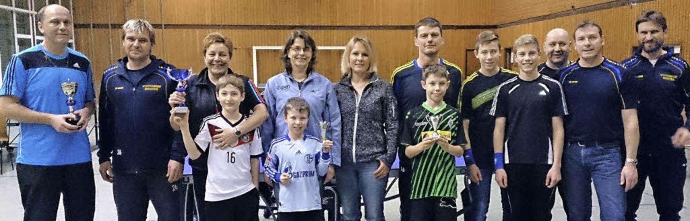 Die Sieger und die Platzierten des Tis...Trikot) war der Beste bei den Kindern.    Foto: Kech