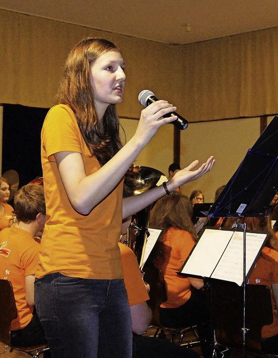 Solistin Sarah Maria Weber sorgte scho... der vollbesetzten Biederbacher Halle.  | Foto: Roland Gutjahr