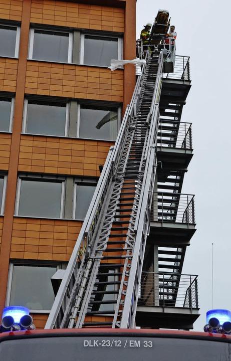 Nach einem Sturz von einer Leiter wurd...ossenen Landratsamtsgebäudes geborgen.    Foto: Marius Alexander