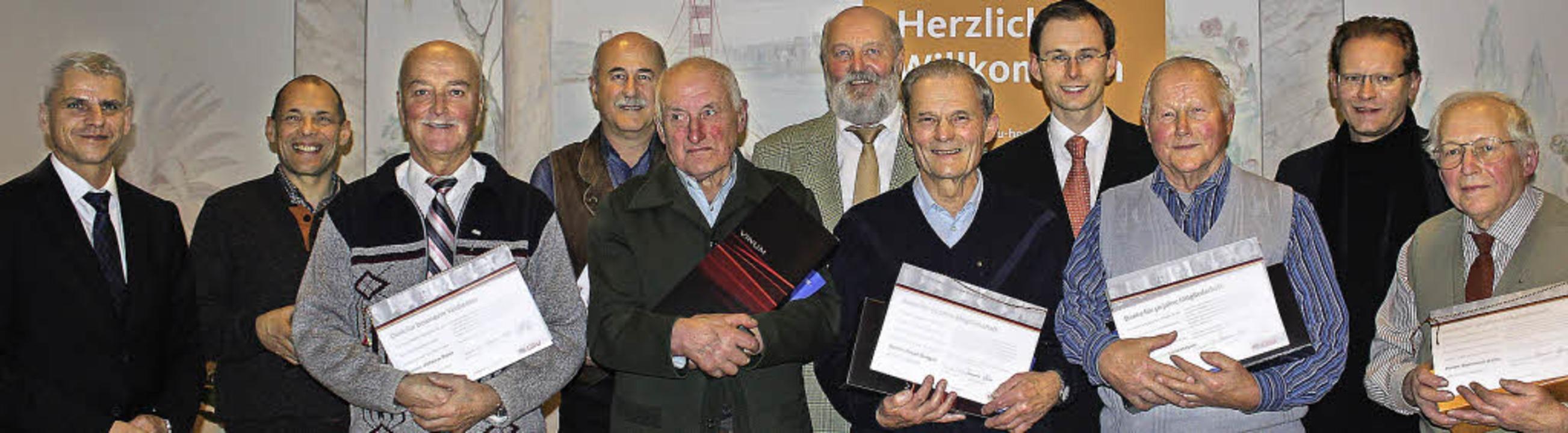 Für 50-jährige Treue zur CDU wurden Be...amer (von rechts hinten) gratulierten.  | Foto: Christa Maier