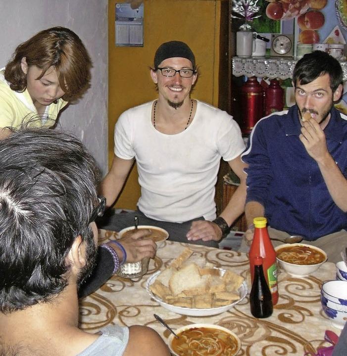 Alexander Haller (Mitte) hat im Ausland viel Gastfreundschaft erlebt.  | Foto: BZ