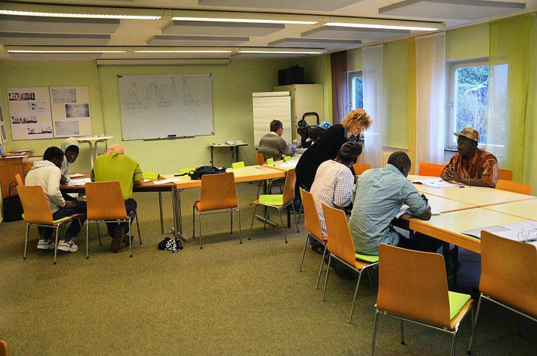 Lernen in kleinen Gruppen: Deutschunte...siert vom Freundeskreis Asyl Lörrach.   | Foto: Dorothee Soboll
