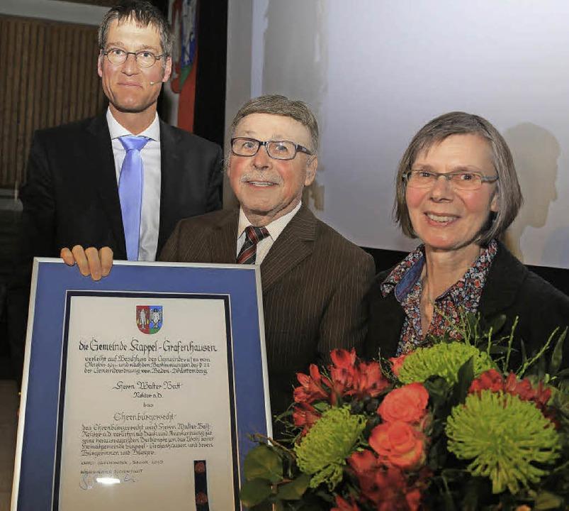 Die Ehrenurkunde überreichte Jochen Pa...Ehefrau Mechthilde gab's Blumen.  | Foto: Sandra Decoux-Kone