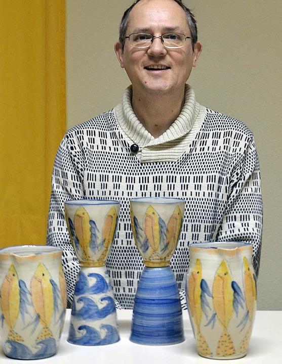 Pfarrer Jobst Bösenecker präsentiert die neuen Abendmahlgefäße.  | Foto: Nikola Vogt