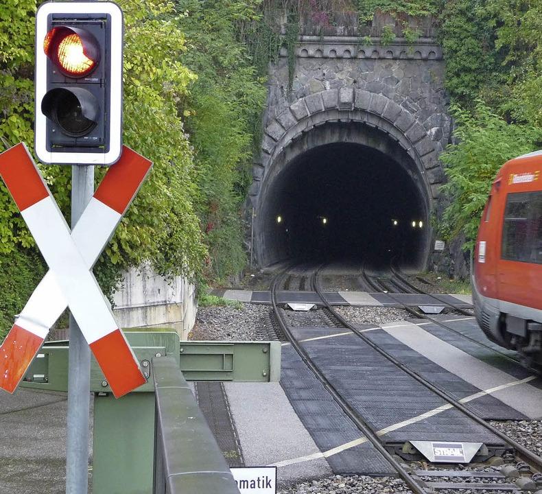 Das Westportal des Rappensteintunnels ...t die  Jahreszahl 1856 (kleines Foto).    Foto: Baumgartner/Schwendemann