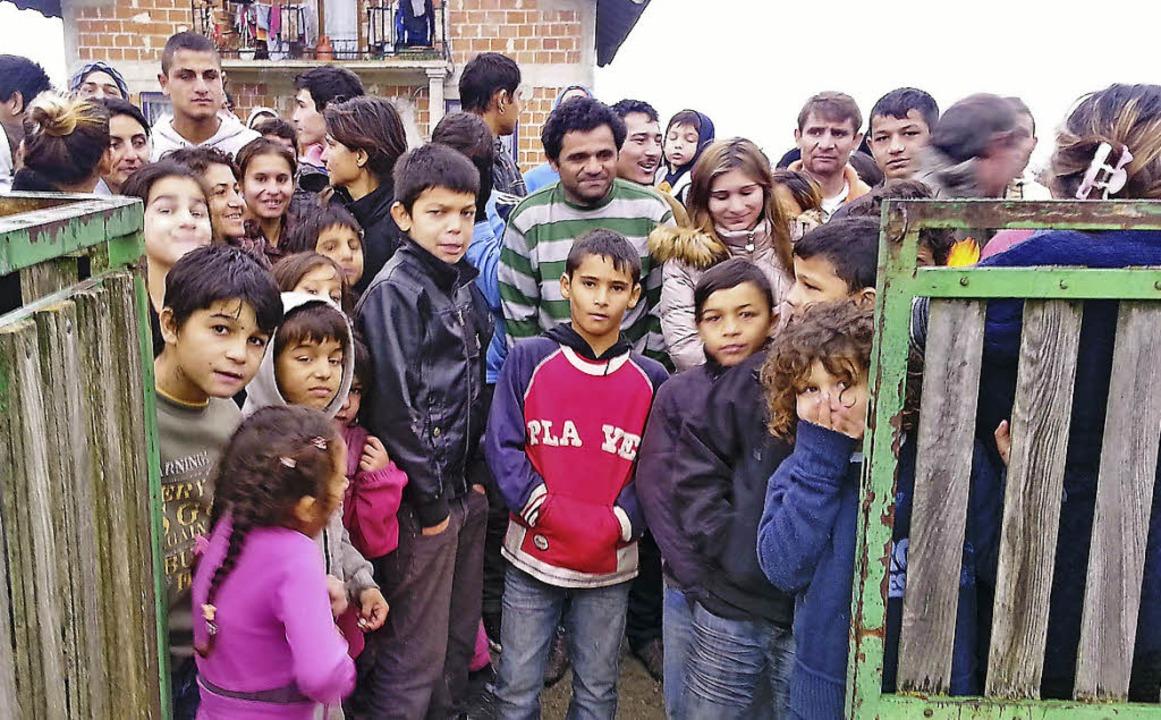 Warten gespannt auf die Päckchen: Roma-Kinder in Strmac    Foto: privat
