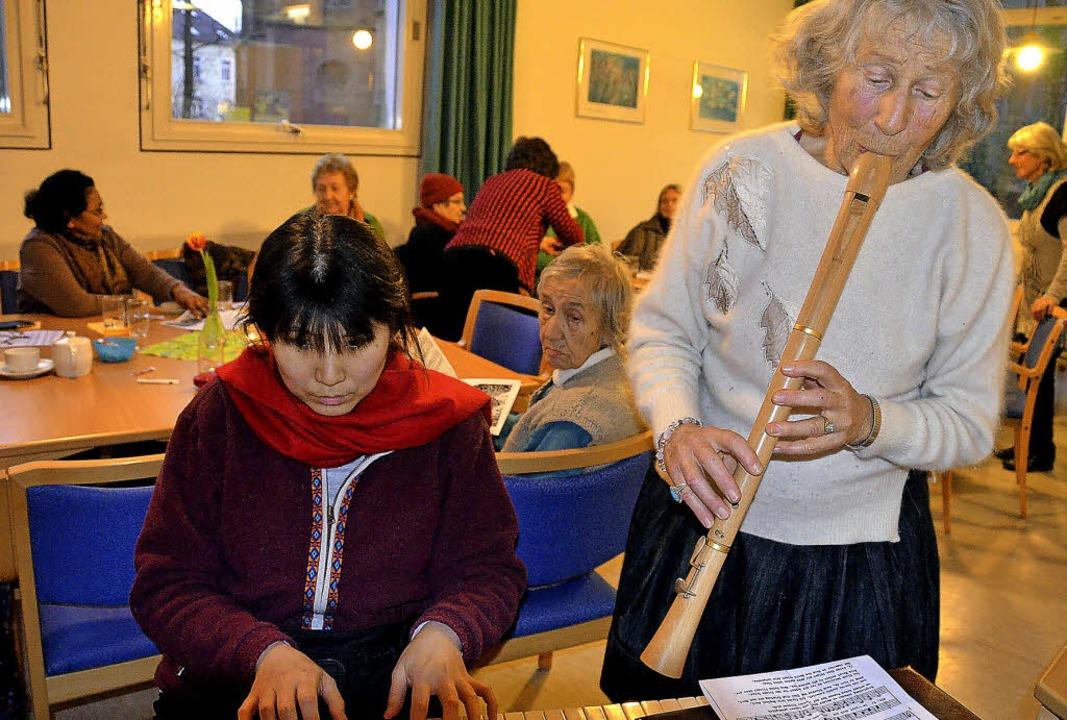 Kaffeeplausch mit Musik: Im Café &#822...  Gisela Lescano zu den Instrumenten.   | Foto: Susanne Filz