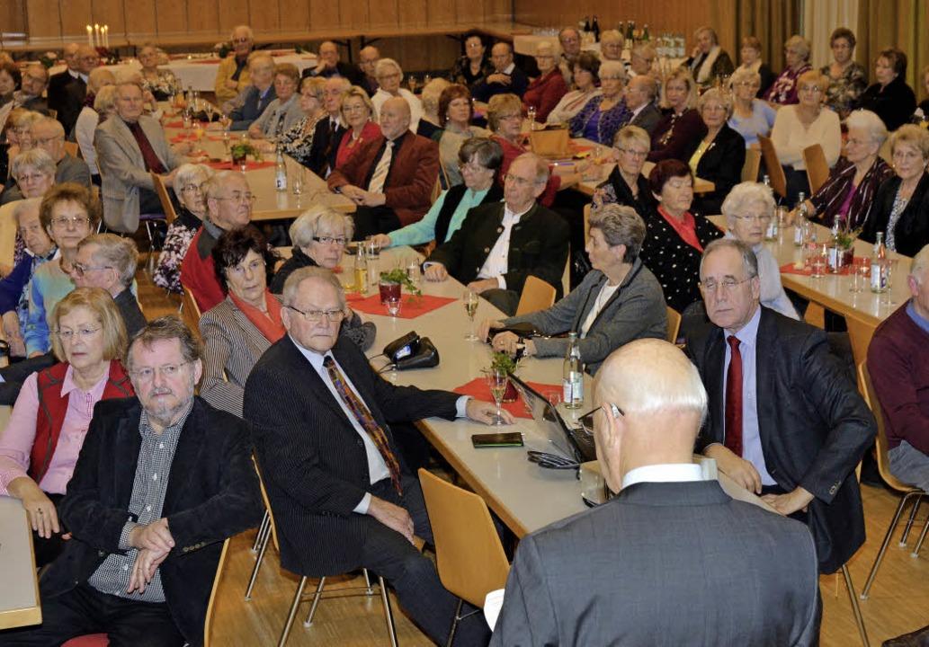 Mehr als 100 Besucherinnen und Besuche...nd Paul ins katholische Gemeindehaus.   | Foto: Bernd Kohler