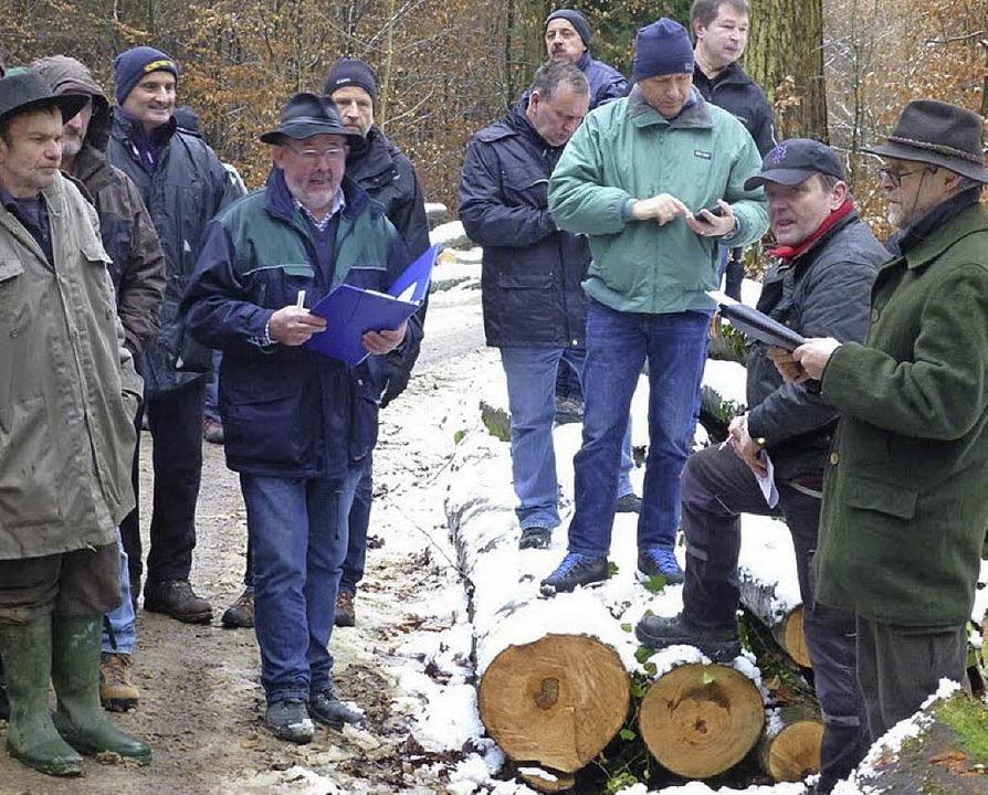 Revierförster Reiner Dickele   (rechts...iteten die Feuerbacher Versteigerung.     Foto: Ilse Wißner