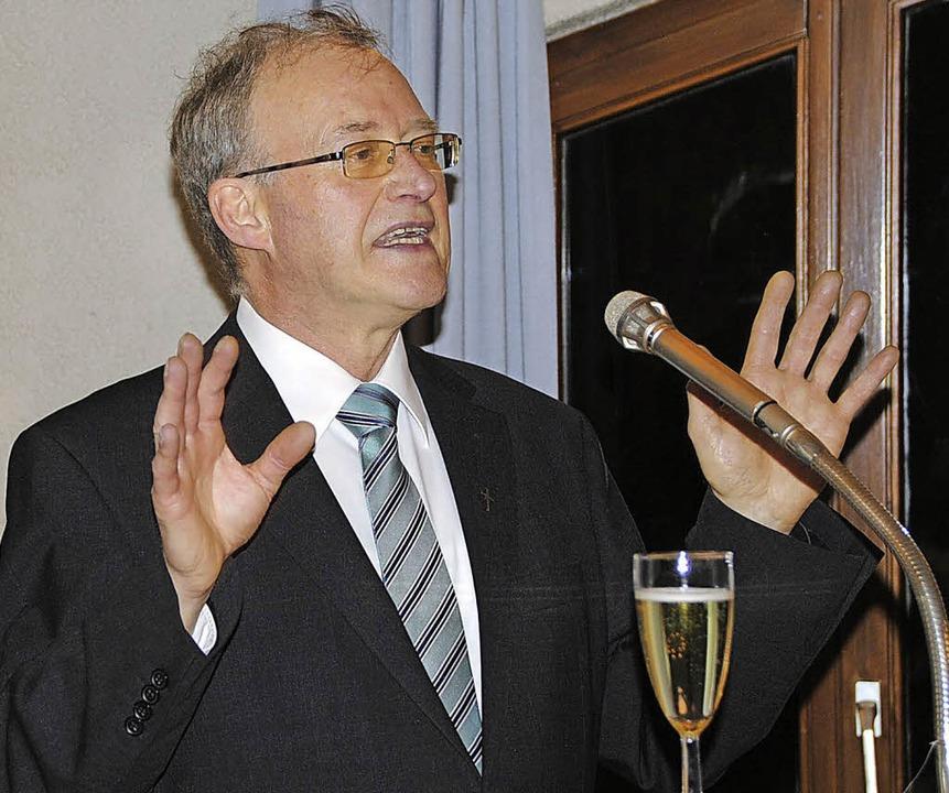 Dankte in bewegenden Worten für gemeinsame Jahre: Pfarrer Josef Moosmann.     Foto: M. frietsch