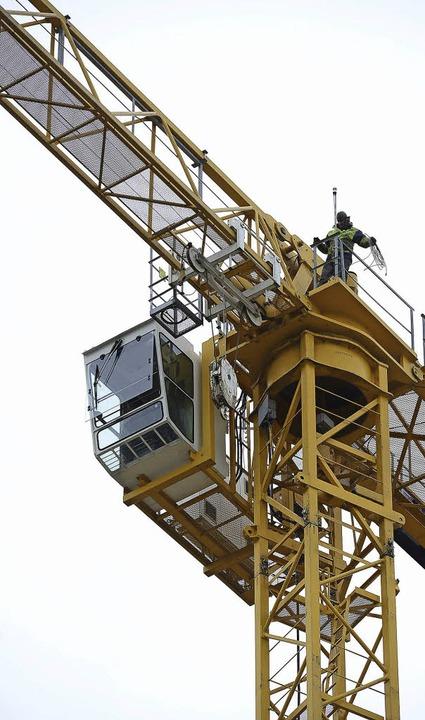 Mutige Arbeiter montieren den Baukran.    Foto: Fotos: Ingo Schneider