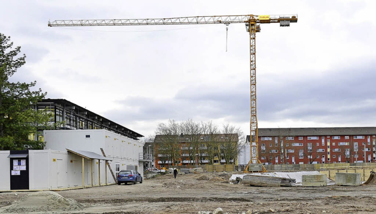 Auf dem Areal des Rathaus-Neubaus an d...ein Kran alle Gebäude in der Umgebung.    Foto: Ingo Schneider