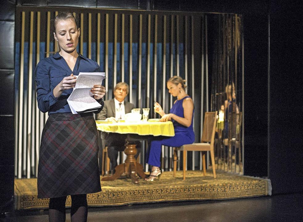 Helen (Pascale Pfeuti) liest in einem ...ist und Rebekka Burckhardt) am Tisch.     Foto: Christian Knörr